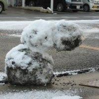 おじぎ雪だるま-雪あそびの翌朝の通学路