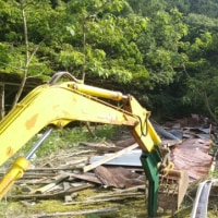 ユンボで廃墟の鶏舎を解体しました(動画あり)