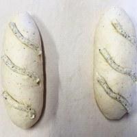 生地にクリームチーズを練り込んでフィリングにもさいの目チーズを使ったパンのフロマージュです。