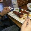 みんな 不慣れながらもナイフとフォークで 肉を喰らっていました。