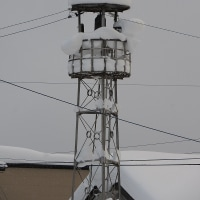 火の見の屋根に雪ふりつむ