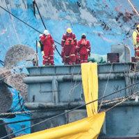 引き揚げ作業の第一段階で、犠牲者の遺体散失を防ぐために、沈没船に300ヶ所以上ある窓を全て封鎖した。