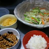 ランチは野菜炒め定食、ちよっと貧相ですが。