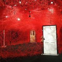 「塩田千春|鍵のかかった部屋」不思議世界だよ