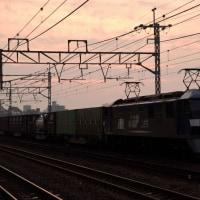 今朝の貨物は 電車線を通過