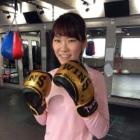 本日の美女〜おニューのボクシンググローブで