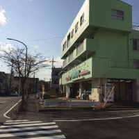 交差点『平崎橋』周辺のお店の様子です。