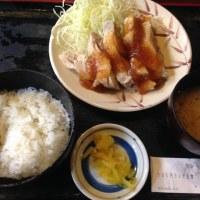 チキンステーキ550円。ご飯お代わり自由。生卵付き