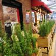 秋葉原駅前のオープンカフェ