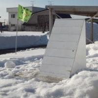 閉校記念碑も冬囲いされていました
