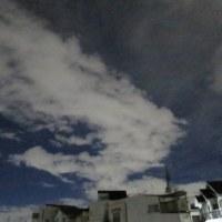 夜空の青空と白雲