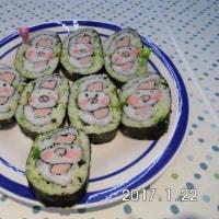 かわいい巻き寿司はソーセージを使ったニワトリです。