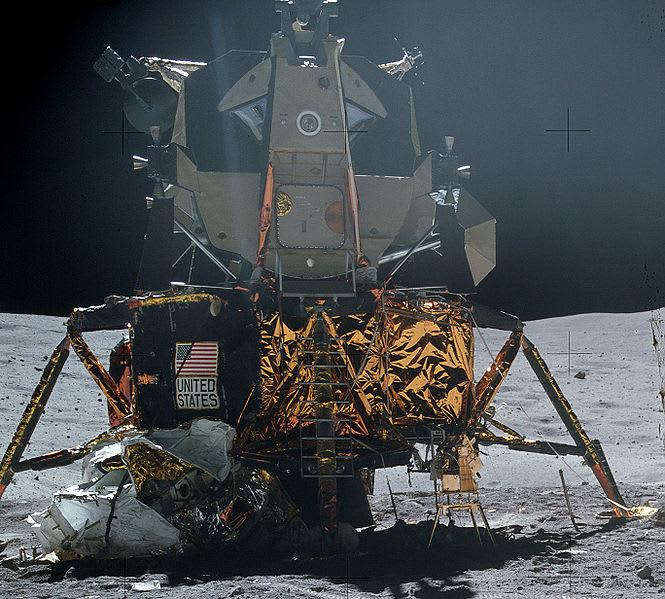 2009 12 15 現代の感覚からすれば、百兆円である。世界中、いや宇宙中の化け物が、ビックリこいで逃げ出すような予算の気前の良さ。我が郷でアポロの成功を信じる者はいない。あんなガラクタの月着陸船で、再び月の周回軌道まで飛び上がるのは無理である。【グローバル経済とアメリカの富】