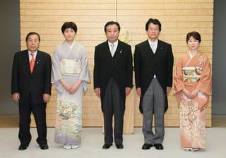 [写真]政務三役補充人事の記念撮影をする、左から加賀谷健・総務政務官、西... 後半国会スタート