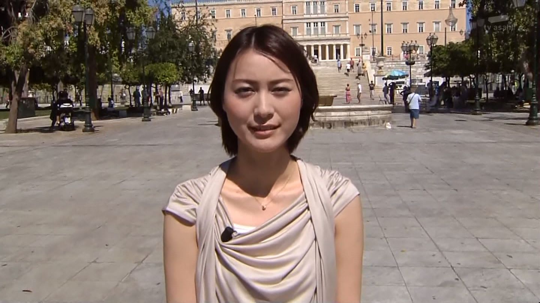 噴水の前でまぶしそうな表情で立つ小川彩佳