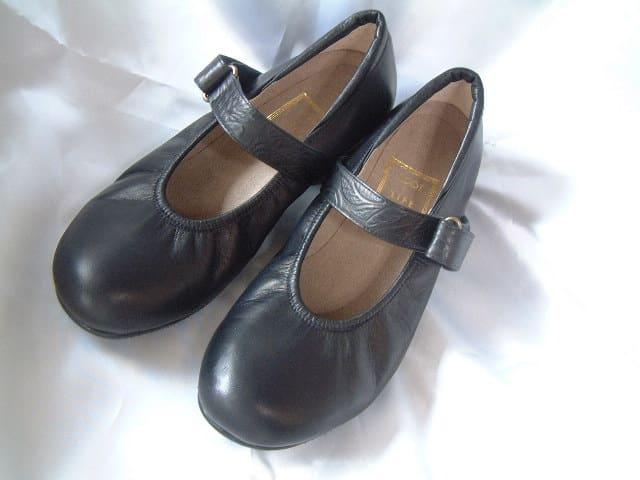 柔らかい感触の黒カーフの靴。 ベルト部分にガレット柄をつけてモダンにしてみました。