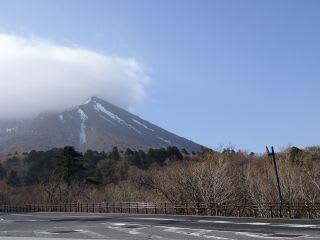 予報では明日は晴れですが、朝の大山は笠雲でした。
