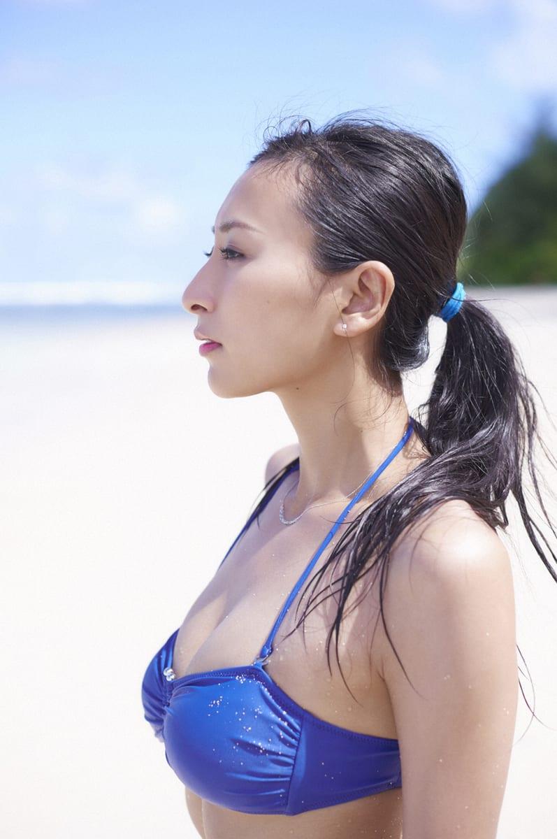 水着姿でポニーテールの浅田舞