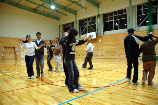 体育祭の練習風景(夜の部)をお知らせします。 写真は、PTAのフォーク... 体育祭練習「PTA