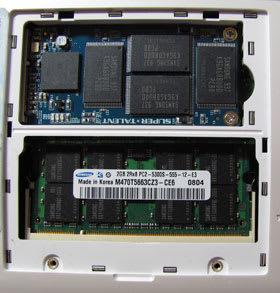 上が交換したSSD。下側にメモリも以前に交換している