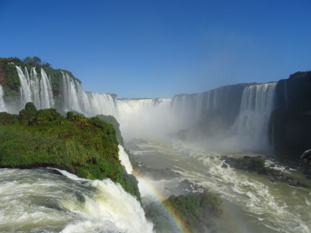 両翼を広げるイグアスの滝