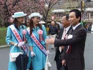ご案内 《沖本勝芳造幣局広島支局長(右)のご案内で》 沖本支局長さんに案内をし...  こんにち