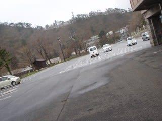 風を避けるため、路肩から離れた場所に横向きで駐車