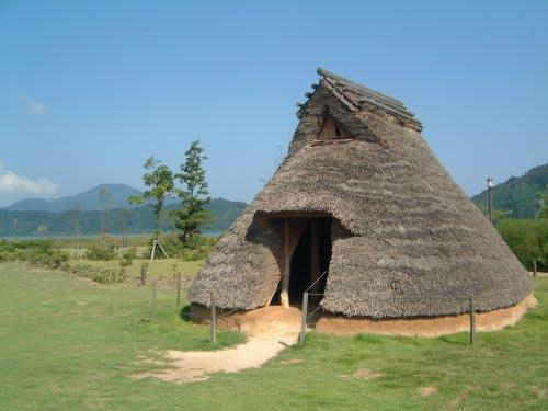 (このような竪穴式住居を作るのですが、今日の住まいの原点が、ここにはあ... 『福運集団の社長奮