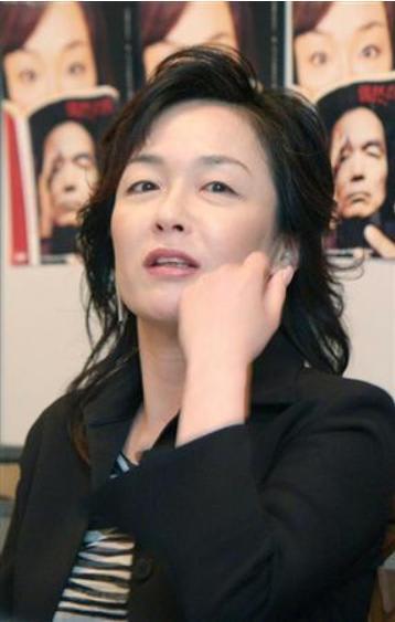 黒いジャケットを着ているロングヘアーのキムラ緑子の画像