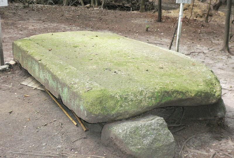 柿本寺跡に置かれている石室石材