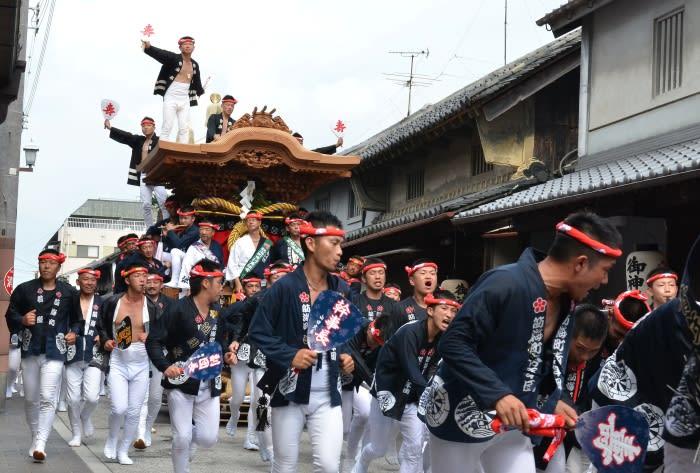 大阪府岸和田市で行われるだんじり祭りは、300年以上の歴史あるお祭りで、その起源は諸説あるものの、1703年(元禄16年)、当時の岸和田藩主であった岡部長泰が、京都
