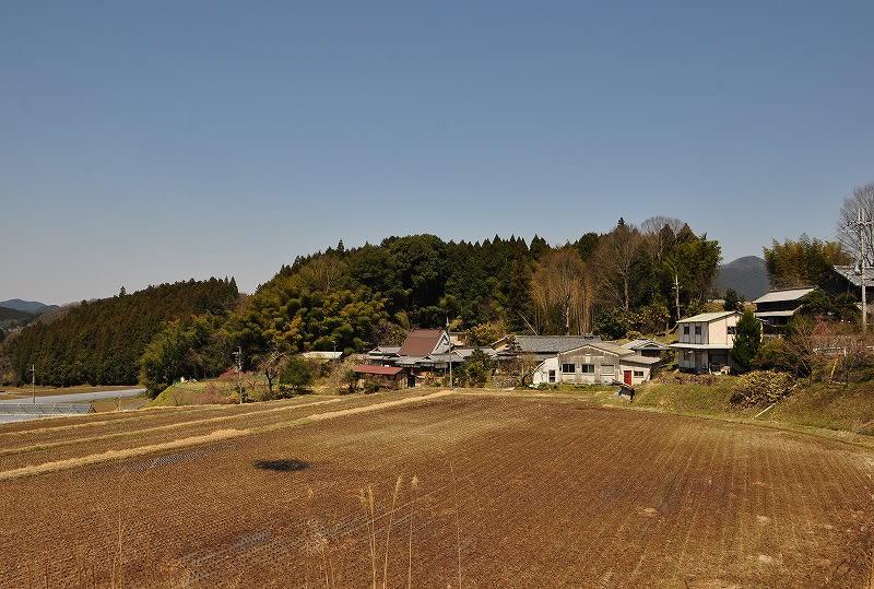 米山:中央の茶色い屋根の裏手に古墳への参道が有ります