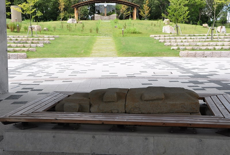 北今市2号墳移築石棺はベンチにされています