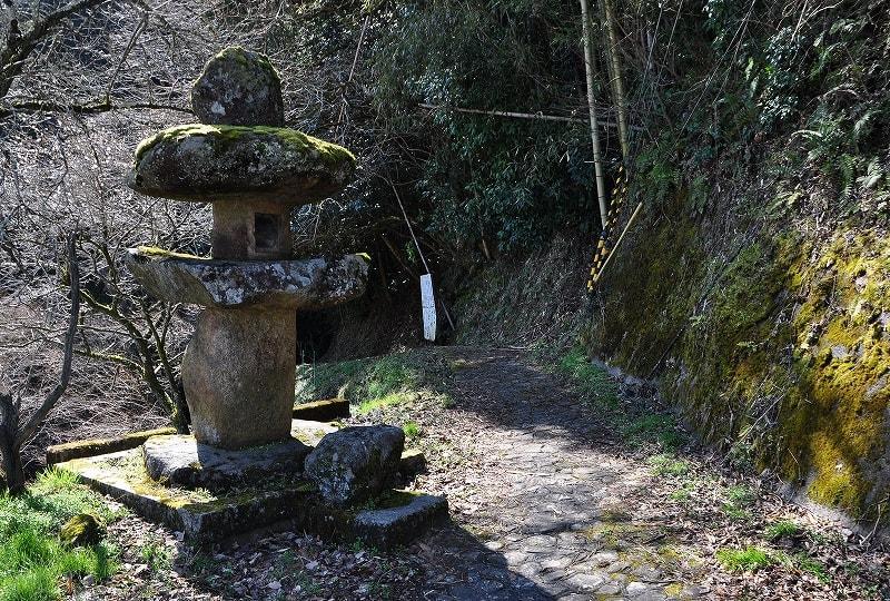 龍王の滝入口の石灯籠
