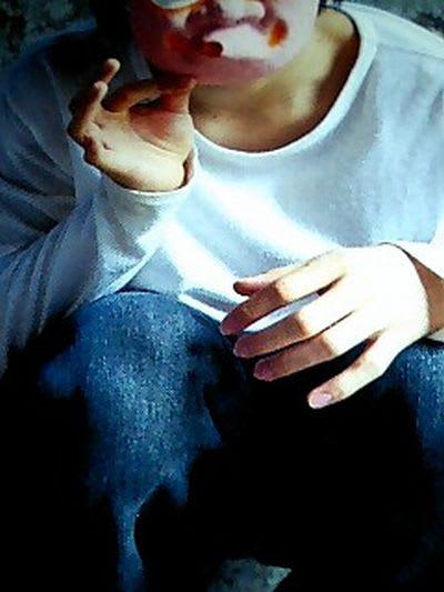 さらに、彼の「指」の美しさは、「爪」にも要因がある。 彼の爪の特徴は (1)完全な「縦長」であること (2)爪半月がきれいかつ大きな三日月型を描いていること