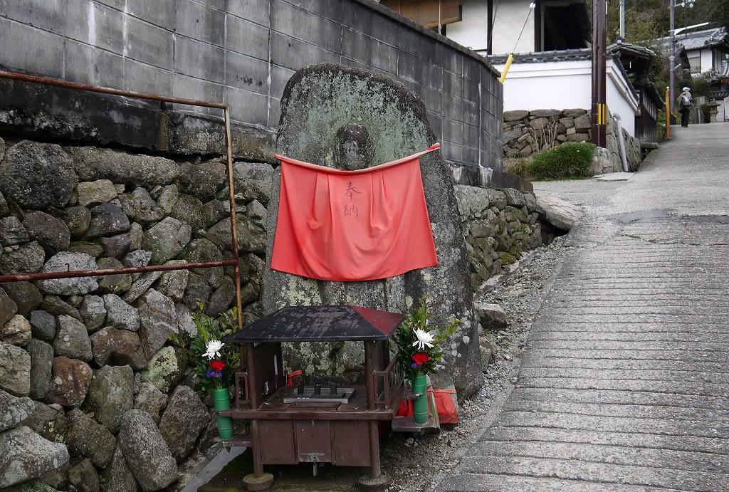 矢田寺参道の地蔵石仏