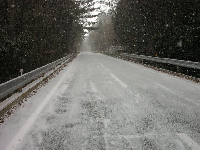 路面は雪で。。。この道を走って下山した