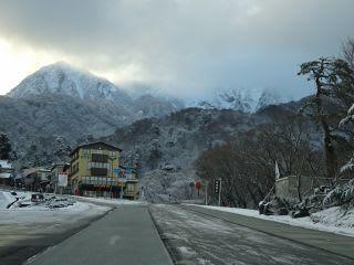 道路は雪がありません。朝方は凍結。