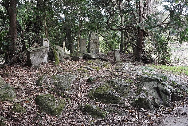 常盤の森石造群