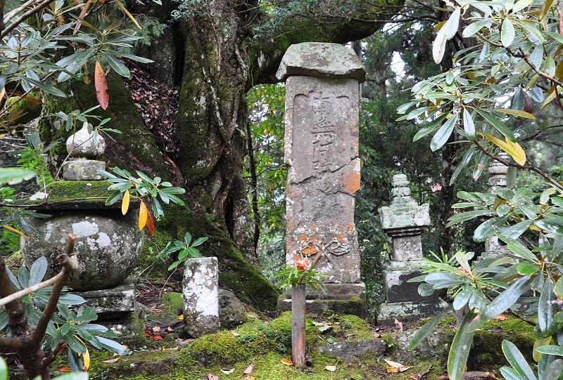 嘉藤太ご夫妻の墓碑