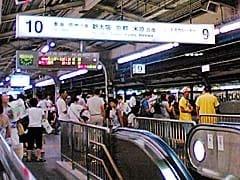 異様に人が多い、大阪駅9番10番ホーム。