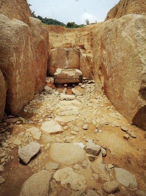 発掘された石室