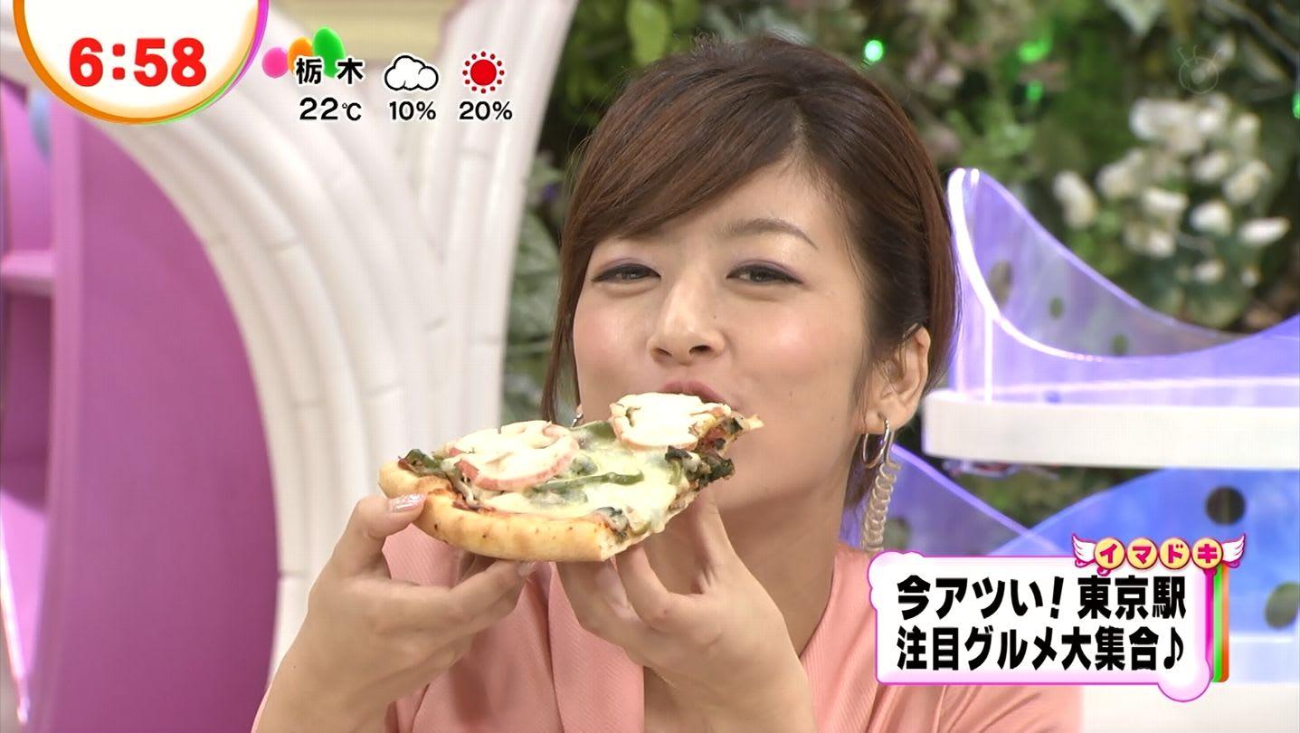 ピザを頬張る生野陽子。