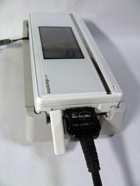 卓上ホルダにセットしたまま外部接続端子が利用できる