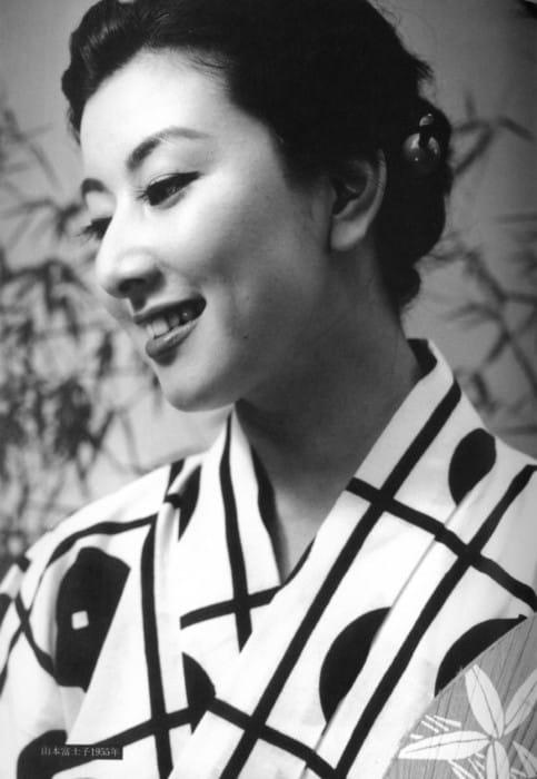 浴衣姿でうちわを持ち横を向く若い頃の山本富士子