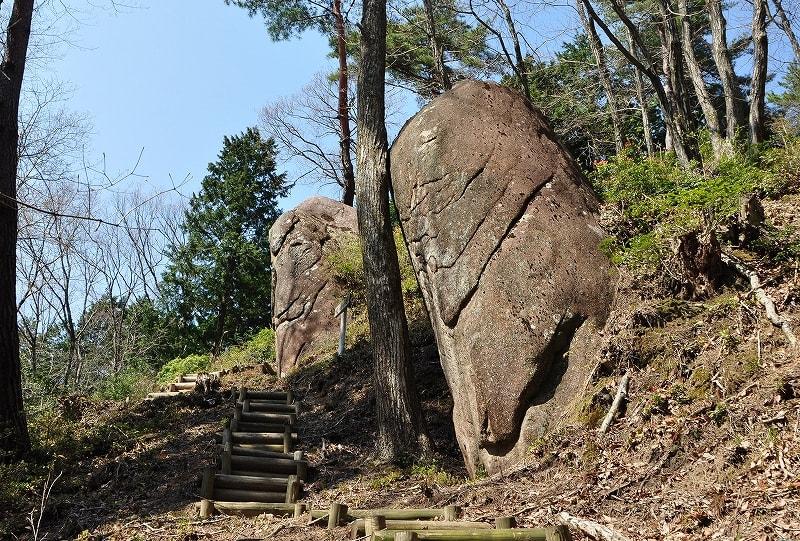 嶽太郎の下にある立石