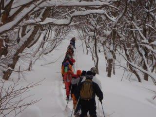 一列に長い。雪が重いため、先に出ようとする人はなかなか・・・。