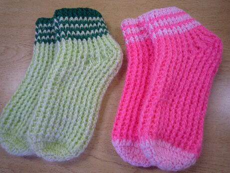 いつもは棒針で編んでいたが 今年はウエブでかぎ針編みの靴下の編み図を見つけたのでさっそく編んでみた。