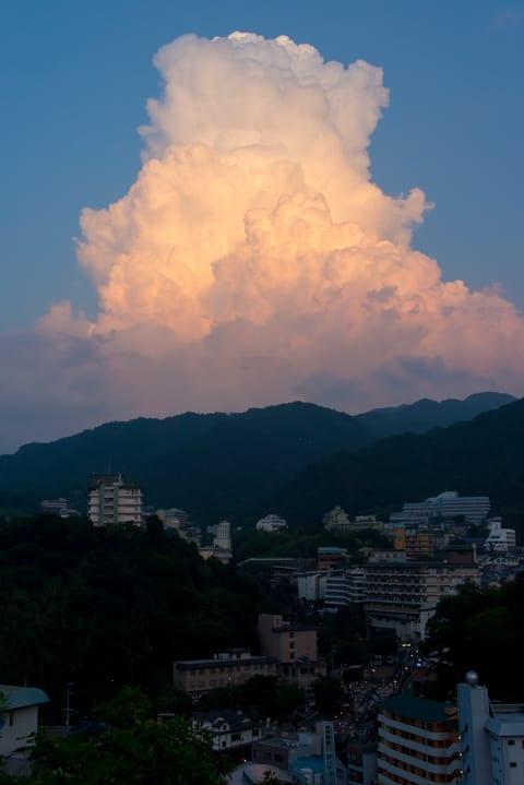 夕陽に照らされる入道雲