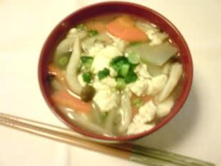 今夜はけんちん汁をご紹介します。けんちん汁の「けんちん」とは中国から伝えられた卓袱(しっぽく)料理のひとつで、けんちん地を使った料理のことをいいます。